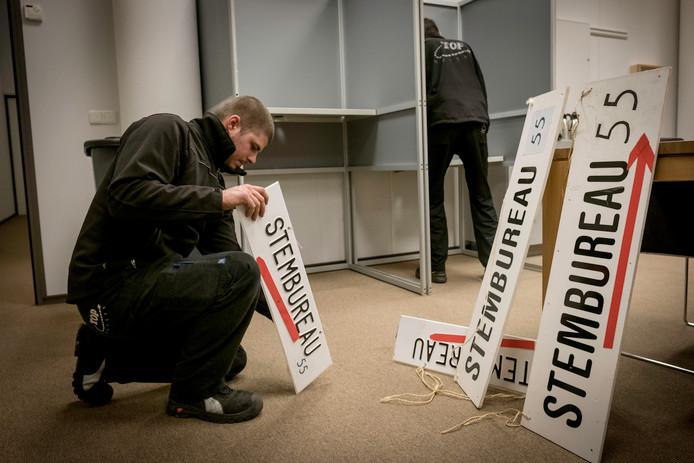 Een stembureau in Arnhem wordt ingericht.