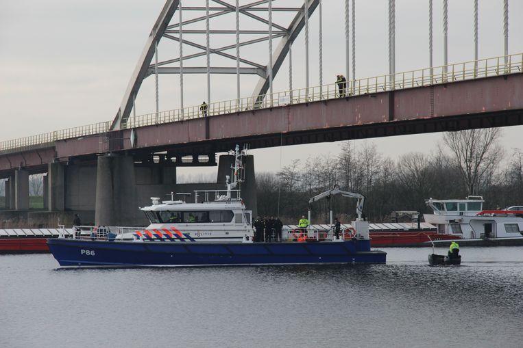 Duikers vinden een speciekuip in het Schelde-Rijnkanaal. Daarin treft men later DNA-sporen aan die matchen met dat van Johan Van der Heyden. Beeld Hessel De Ree