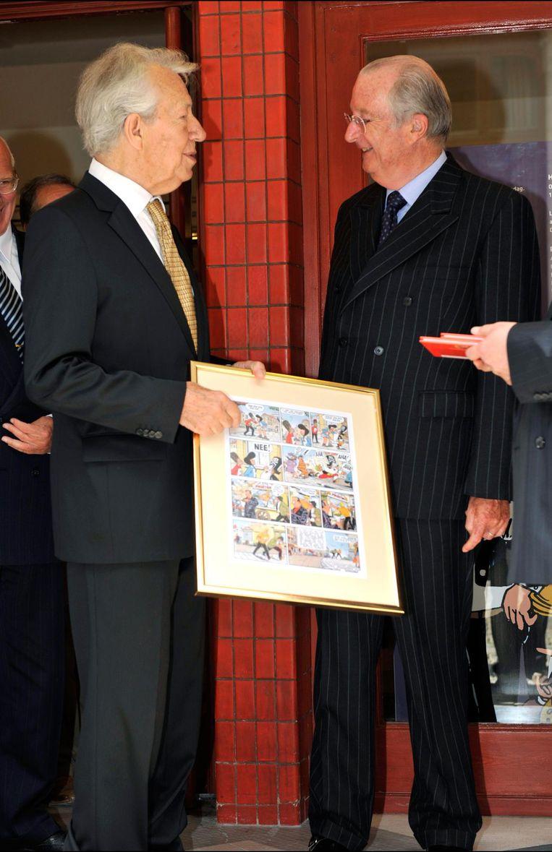 Marc Sleen met koning Albert. Beeld photo_news