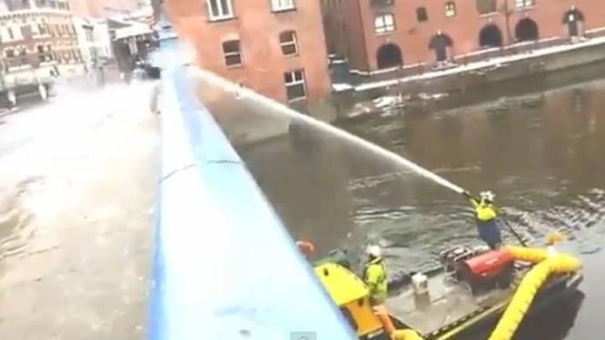 Brandweerman trakteert sneeuwbalgooiers op ijskoude douche