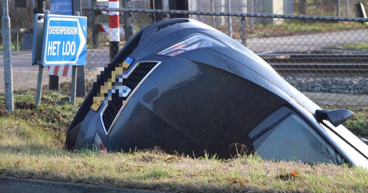 Auto belandt in de sloot na botsing in Boxtel.