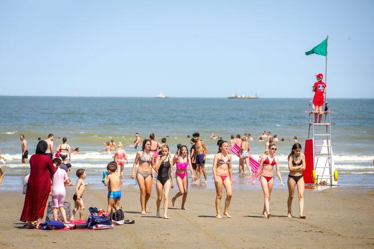 Op het drukste strand in Blankenberge wordt maar eenderde van het normale aantal badgasten toegelaten.