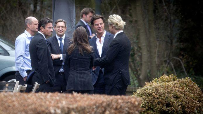 Onder anderen premier Rutte, PVV-leider Geert Wilders en CDA minister Verhagen in de tuin van het Catshuis.