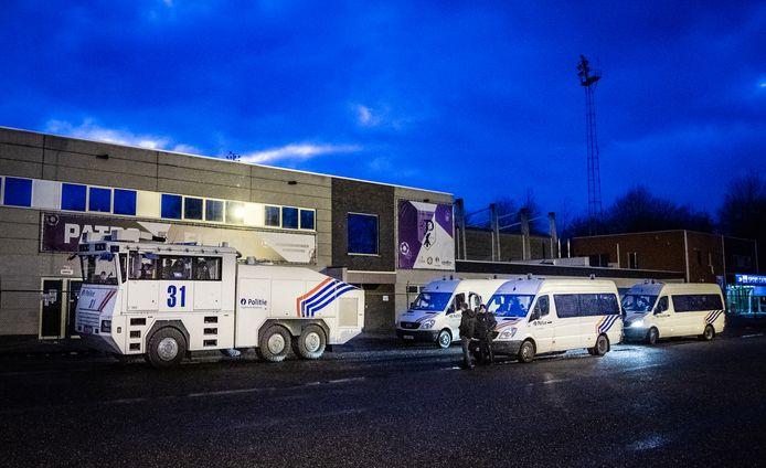 In Maasmechelen nam de politie het zekere voor het onzekere: ook het waterkanon stond klaar.