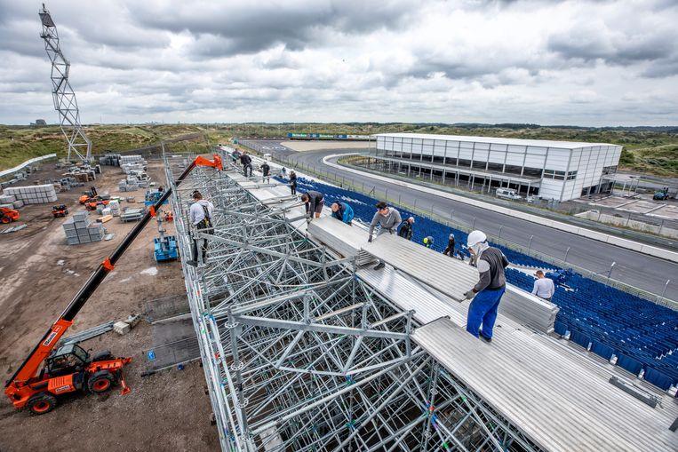 Er wordt druk gebouwd aan de tribunes op het circuit van Zandvoort voor de komende Formule 1. Op de achtergrond de beruchte Tarzanbocht. Beeld Raymond Rutting / de Volkskrant