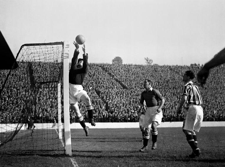 Sam Bartram van Charlton Athletic, hier in 1936,  stond in 1937 nog in de goal nadat de wedstrijd vanwege de mist al een kwartier eerder was gestaakt.  Beeld Hollandse Hoogte / AP | Associated Press