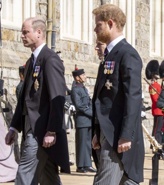 Aan het eind liepen prins William (links) en prins Harry toch gezamenlijk op