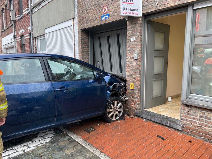 De Toyota belandde in de garage en tegen de gevel van een woning in Menen.