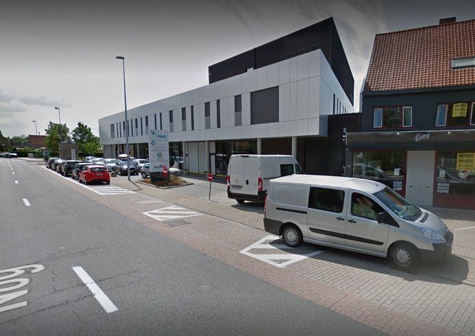 Het ongeval vond plaats aan de huisartsenwachtpost langs de Ieperse Steenweg, waar ook Steffi's Lunch gevestigd is.