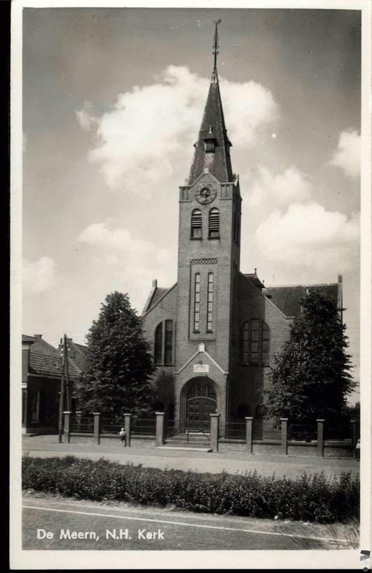 ...en de nieuwe kerk die min of meer een kwartslag is gedraaid. De voormalige begraafplaats is nu het voorterrein van de kerk.