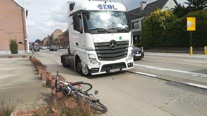 Fietser botst tegen openzwaaiend portier van truck