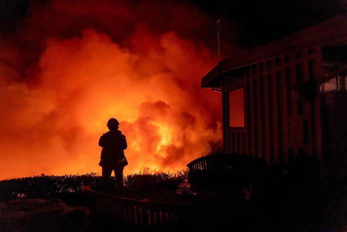 Een man kijkt naar de vlammenzee in Santa Barbara.