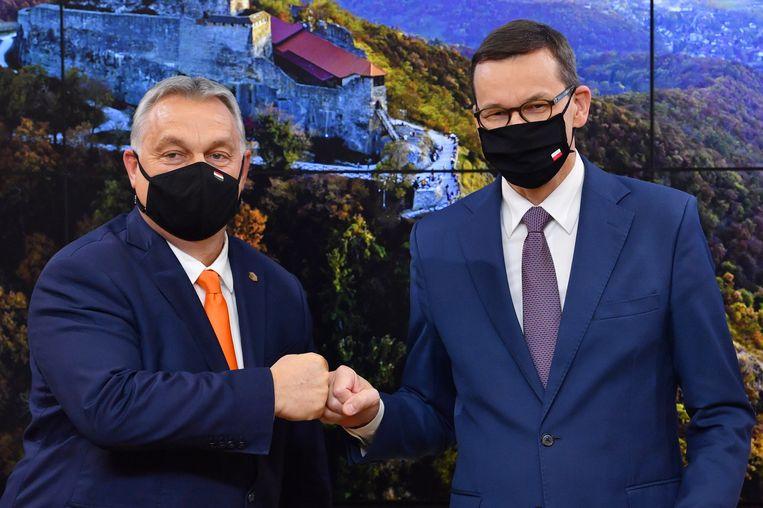 De Hongaarse premier Victor Orbán (links) met zijn Poolse collega Mateusz Morawiecki (rechts).   Beeld EPA