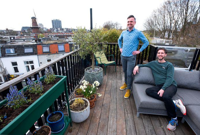 Marc van Kooten (links) en Dennis Ketel op het dakterras van hun woning aan de Utrechtse Nieuwe Keizersgracht die te koop staat.