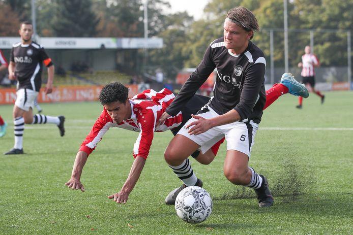 SML-verdediger Julian Bril in duel met Joel Libiana van Arnhemse Boys.