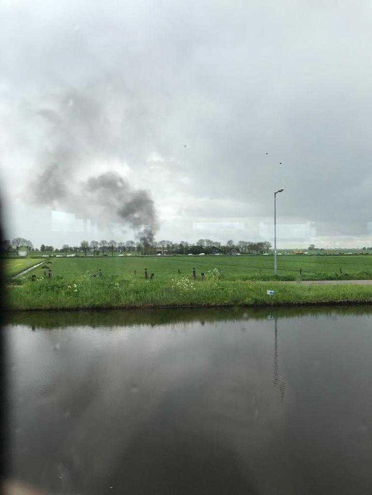 Auto's gaan in vlammen op in Broek in Waterland, waar de achtervolging eindigde. Beeld