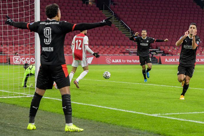 Malen, Zahavi en Cody Gakpo vieren de tweede treffer van PSV.