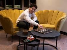 Door soort reuma verandert Julian (26) van fitboy in schaakfreak: nu wil hij Nijmegen aan 't schaken krijgen