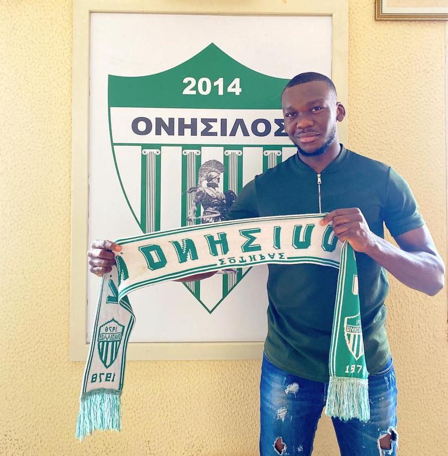 Michel Bakanga poseert bij zijn nieuwe club Onisilos Sotira op Cyprus.
