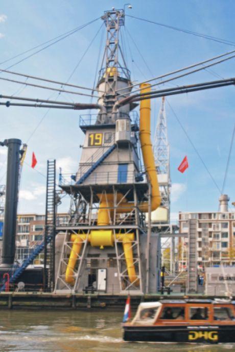 Iconische graanzuiger vertrekt uit Rotterdam voor restauratie