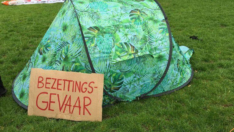 Protesterende studenten van de UvA hadden vrijdag een tentenkamp opgezet op een grasveld bij het Roeterseilandcomplex. Beeld Lorianne van Gelder