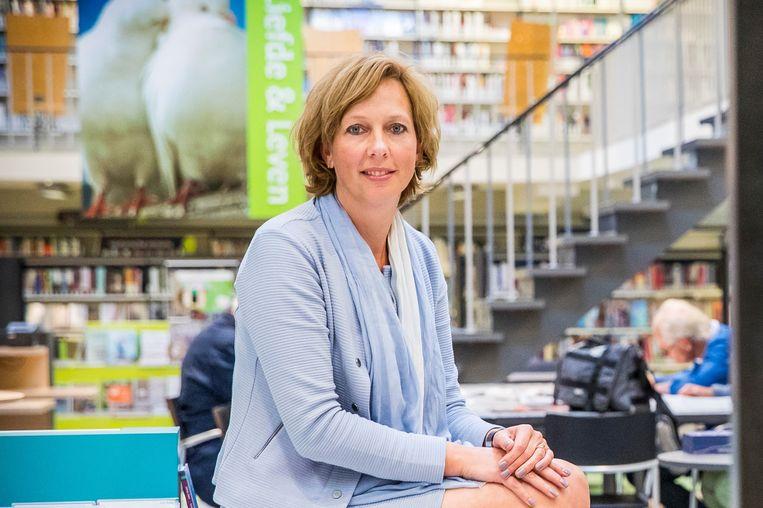 Directeur Geja Olijnsma in haar bibliotheek. Beeld Laurens Eggen