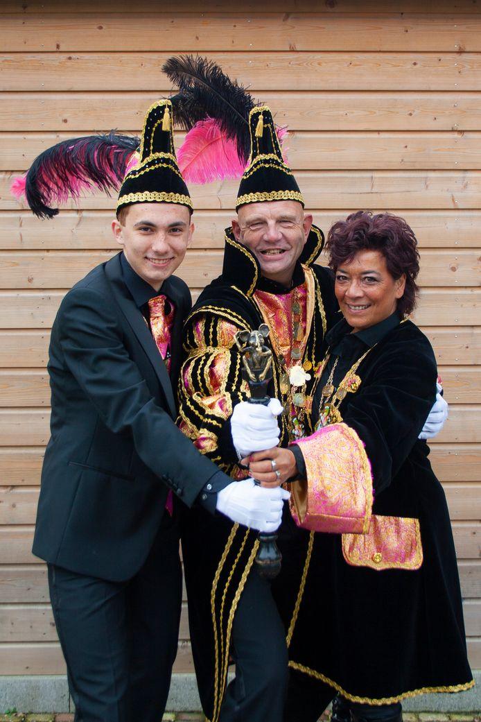 Graaf Appie de Groot, geflankeerd door zijn adjudant Marvin van Essen en hofchauffeuse Patricia de Groot.