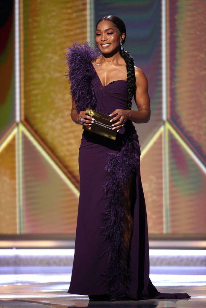 L'actrice Angela Bassett co-présentait la cérémonie avec Margot Robbie.