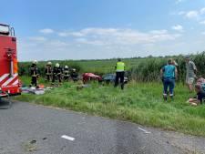 Auto belandt in Lopikse sloot: brandweer bevrijdt twee personen uit voertuig