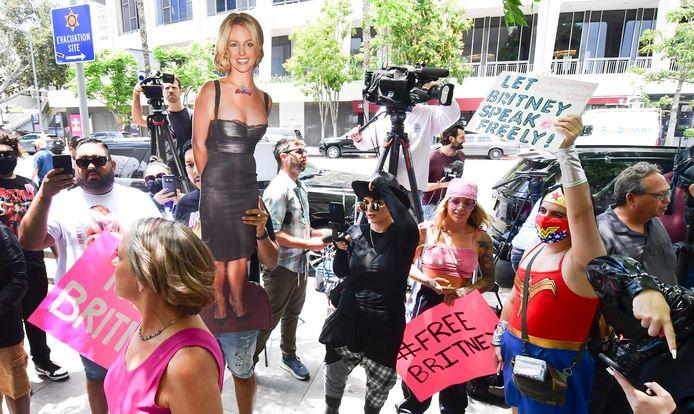 Fans verzamelen zich bij de rechtbank.