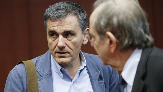 De Griekse minister van Financiën Euclid Tsakalotos (links) met zijn Italiaanse collega Pier Carlo Padoan bij het overleg in Brussel.