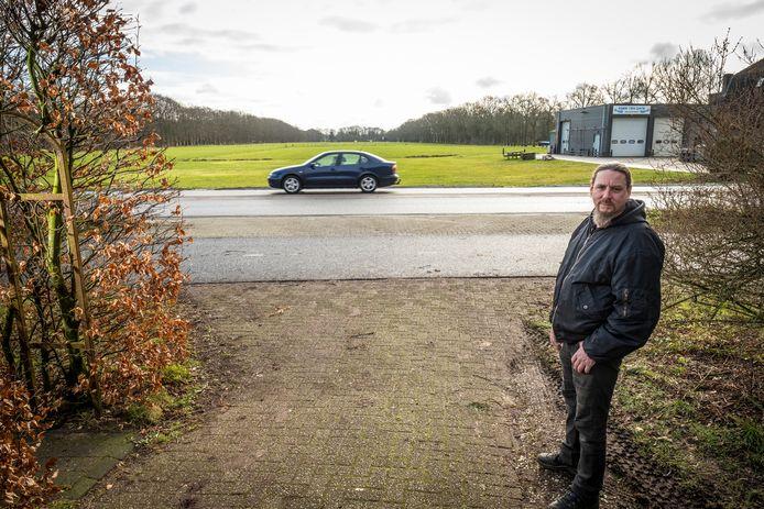 Een nieuwe brandweerkazerne op een (nu nog) open weiland is overbuurman Ewout van de Grift een doorn in het oog. Maar dat door de gemeente gesuggereerd wordt dat de omwonenden achter het plan staat, vindt hij misschien nog wel moeilijker te verkroppen.