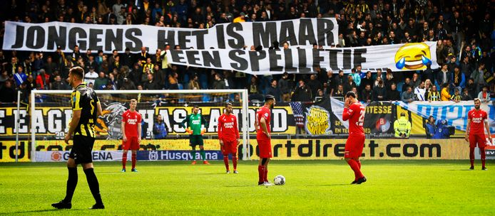 Galgenhumor van de fans van Vitesse: FC Twente is gedegradeerd. FOTO: PIM RAS