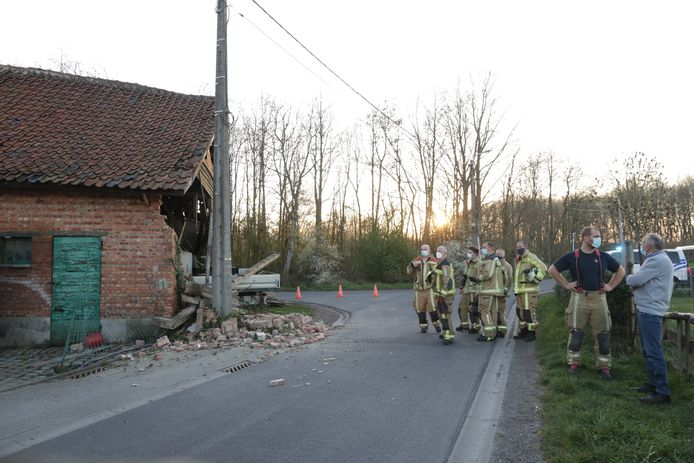 De eigenaar, uiterst rechts, was een half uur voor het ongeval nog hout aan het zagen in de schuur.