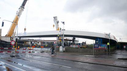 Spectaculair zicht: eerste brugdelen van toekomstige passerelle succesvol geplaatst