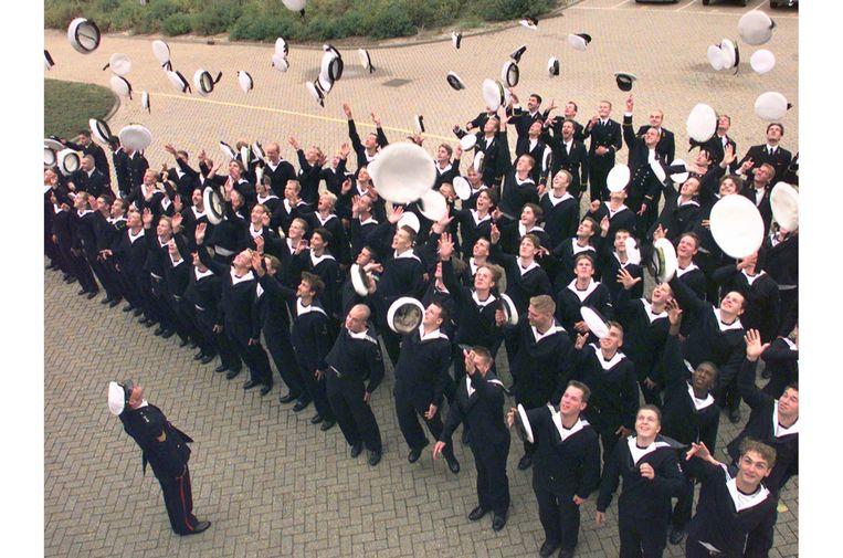 In augustus 1996 zwaaide de laatste lichting dienstplichtige mariniers in Den Helder af door hun petten in de lucht te gooien.  Beeld Hollandse Hoogte, ANP