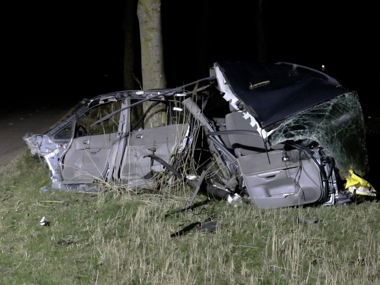 Harde klap: motorblok en dashboard vliegen uit auto, bestuurder zwaargewond