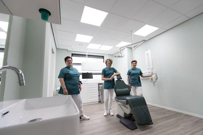 Tandartsen Gabriëlle Bongaarts (midden) en Manon Hemmer (rechts) openen op 17 mei een nieuwe tandartspraktijk voor kinderen van 0 tot 18 jaar in Hengelo. De naam van de praktijk is Tandmaatjes. Links: assistente Kirsten Sterken.