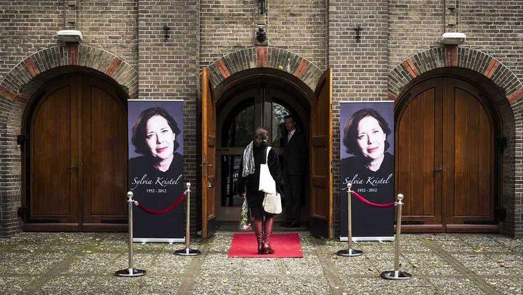 Belangstellenden bezoeken de herdenkingsdienst voor Sylvia Kristel in de Sint-Aloysiuskerk in Utrecht. Beeld anp