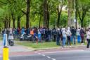 Een groep omstanders kwam kijken naar het ongeluk. Na de tweede keer vorderen door de politie keerde de groep huiswaarts.