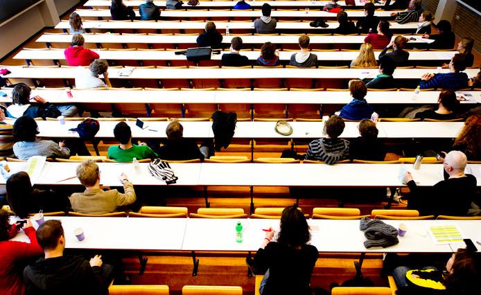 Studenten van de Universiteit van Amsterdam volgen college.