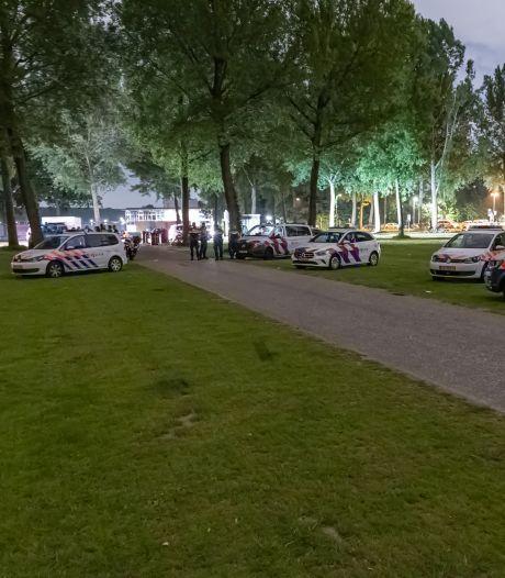 Politie ontruimt Kralingse Bos na feest met honderden mensen, twee Rotterdammers (16) aangehouden
