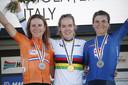 Anna van der Breggen met de regenboogtrui om haar schouders. Links Annemiek van Vleuten en rechts Elisa Longo Borghini.