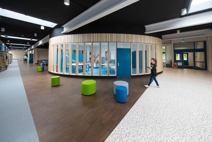 Het Almere College in Dronten groeit zo hard dat er 7 noodlokalen moeten worden bijgeplaatst.
