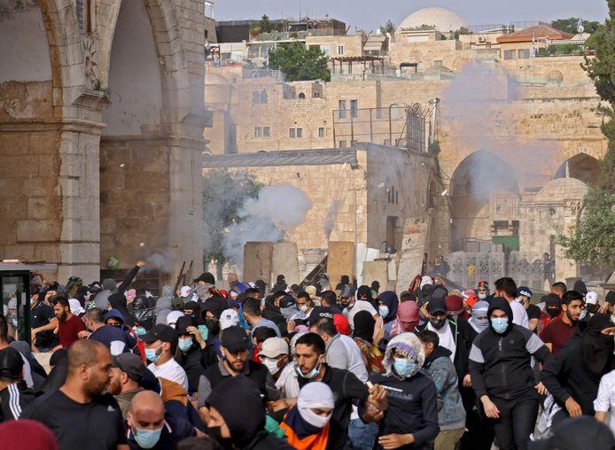Palestijnse demonstranten vluchtten weg voor traangasgranten van de Israëlische oproerpolitie.