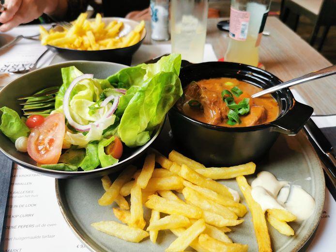 Het kalkoenstoofvlees met Kasteelbier, frietjes en groentjes.