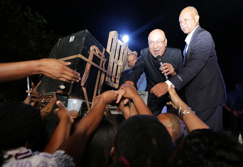 Desi Bouterse wordt enthousiast ontvangen in Suriname na zijn aankomst. Vrijdag werd de president als eerste zittende president ter wereld veroordeeld voor moord, en kreeg hij twintig jaar celstraf opgelegd.