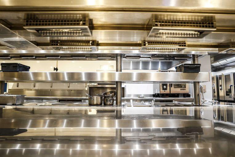 Een lege keuken in het Van der Valk-hotel in Enschede. Het bekende horecabedrijf vreest dat er ondernemingen gaan vallen, vanwege de coronacrisis.  Beeld ANP