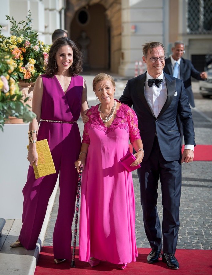 Prins Jaime, prinses Christina en prinses Viktoria bij aankomst van de contraprestatie in Palazzo Colonna in Roma.