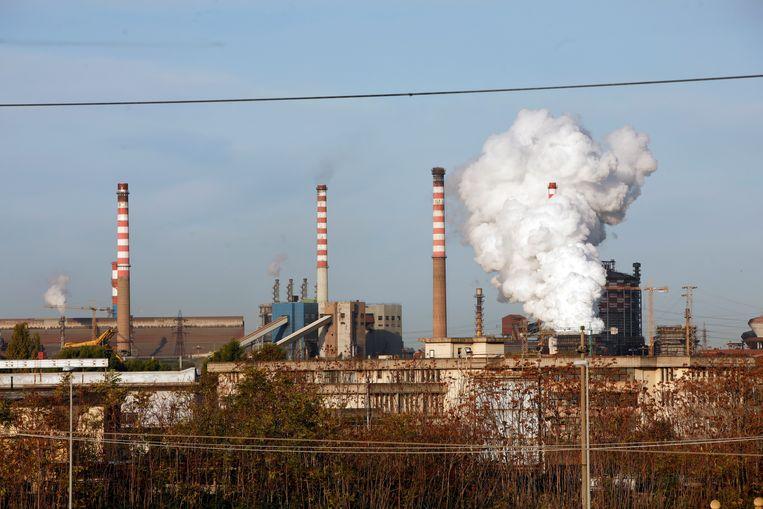 Stoom uit de schoorsteen van de Ilva-staalfabriek in het Zuid-Italiaanse Taranto.
